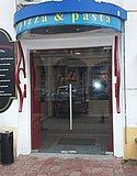 Маятниковая стеклянная двухстворчатая дверь с доводчиком в пиццерии Casa mia Н. Новгород 01