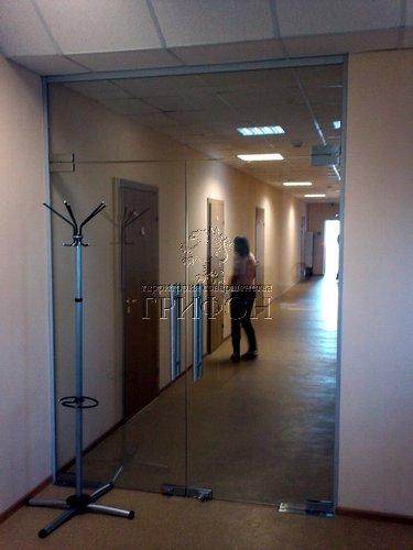 Стеклянная перегородка с маятниковой дверью (Нижний Новгород) 01