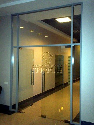 Стационарная каркасная перегородка из закаленного стекла с двустворчатой дверью в офисе ОАО НПО ЭРКОН 01