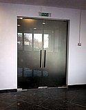 Двустворчатая маятниковая дверь из матового закаленного стекла (Нижний Новгород) 01