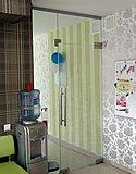 Цельностеклянная перегородка с маятниковой дверью в языковой школе masterclass (Нижний Новгород) 02