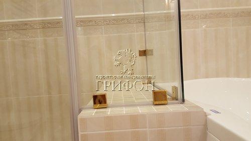 Душевая перегородка из бесцветного закаленного стекла с фурнитурой с титановым покрытием (Нижний Новгород) 02