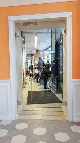 Полуторастворчатая стеклянная дверь в пекарне-кондитерской Волконский на ул. Семашко, 30 Нижний Новгород 01