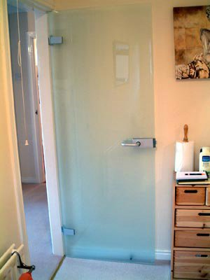стеклянная дверь в деревянной коробке 3